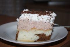 Ein saftiger Schokoladenkuchen wurde mit Sahne und Ramenschokolade auf die Oberseite fotografiert Lizenzfreies Stockfoto