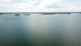 Ein sailingboat geht Geschwindigkeit im Finnischen Meerbusen ziemlich gute stock video
