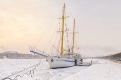Ein sailship eingefroren im Eis durch den Damm Leutnants Schmidt im Schneesturm Lizenzfreies Stockbild
