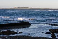 Ein Salzwasser-Swimmingpool auf einem Strand Lizenzfreie Stockfotos