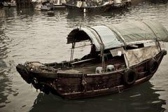 Ein Sampan Boot, das in das Meer schwimmt Lizenzfreie Stockfotografie
