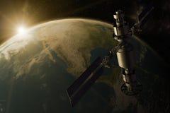 Ein Satelliten, die Erde in Umlauf bringend Stockbild