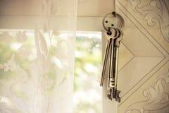 Ein Satz alte Gefängnisschlüssel auf einem Bandhängen Stockbild