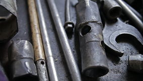 Ein Satz alte Metallreparaturwerkzeuge stock video footage