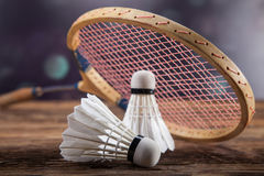 Ein Satz Badminton Paddel und der Federball Stockfotografie
