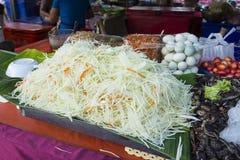 Ein Satz Bestandteile für die Herstellung des Papayasalats Stockfotos
