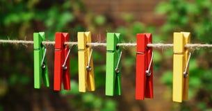 Ein Satz des farbigen Gartens verdübelt auf einer Weinlesegartenschnur Lizenzfreies Stockbild