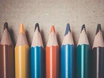 Ein Satz einiger farbiger Bleistifte Bleistifte in Folge auf einer Holzoberfläche Lizenzfreies Stockfoto