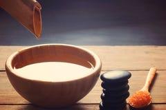 Ein Satz für Badekurortverfahren, heiße Massagesteine, Badesalz und gewürztes Wasser, sammelte von einem Bambusstamm in eine Schü Stockbild