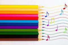Ein Satz farbige Bleistifte mit skizzierten Anmerkungen über einen weißen Hintergrund Noch Leben 1 Lizenzfreies Stockbild