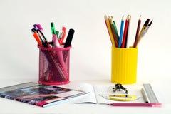 Ein Satz farbige Bleistifte und ein Satz farbige Farben Stockbilder