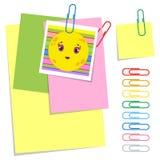 Ein Satz farbige klebrige und gewöhnliche Blätter des Büros und Büroklammern Einfache flache Vektorillustration lokalisiert auf w Vektor Abbildung