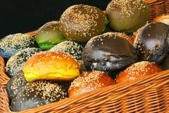 Ein Satz frische Burgerbrötchen der unterschiedlichen Farbe mit Samen des indischen Sesams im Korb bereitete sich für das Kochen  Lizenzfreies Stockbild