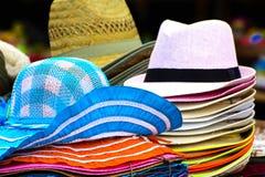 Ein Satz Hüte, Kopfbedeckung Strohhüte und Frauen ` s lizenzfreies stockfoto