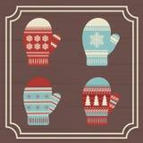 Ein Satz Handschuhe handschuhe Vor dem hintergrund der hölzernen Bretter gestaltet Drei Weihnachtskugeln getrennt auf Weiß Lizenzfreie Stockbilder