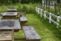 Ein Satz Stühle im Garten Stockfotografie