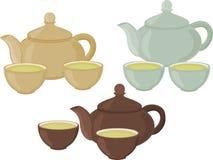Ein Satz Tassen Tee und Teekanne auf einem weißen Hintergrund Stockfoto