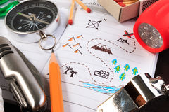 Ein Satz verschiedene kampierende Ausrüstung Pfadfinder mit kampierendem touristischem Gegenstandsatz Lizenzfreies Stockfoto