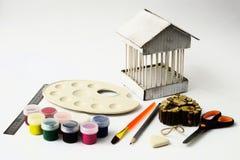 Ein Satz von farbigen Farben, von Bürste, von Bleistift, von Scheren und von Radiergummi Lizenzfreies Stockbild