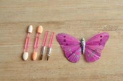 Ein Satz von kleinem bilden die Bürsten, die mit einem silk Schmetterling angezeigt werden Lizenzfreies Stockfoto