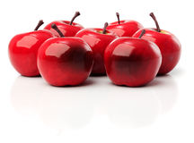 Ein Satz von sieben roten Plastikäpfeln stockfotografie