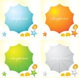 Ein Satz von vier bunten Strandsonnenschirmen und -Muscheln lizenzfreie abbildung