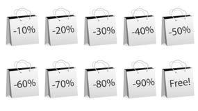 Ein Satz von zehn grauen realistischen Massenpapiertüten für den Einkauf mit Seilgriffen und Rabatten von 10, 20, 30, 40, 50, 60, Stockfotografie