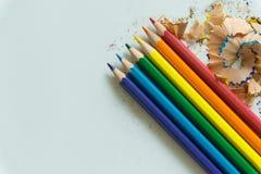 Ein Satz von Zeichenstiften und von Bleistiftspitzer auf weißem Hintergrund Stockfotos