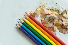 Ein Satz von Zeichenstiften und von Bleistiftspitzer auf weißem Hintergrund Stockfotografie