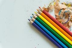 Ein Satz von Zeichenstiften und von Bleistiftspitzer auf weißem Hintergrund Stockbilder