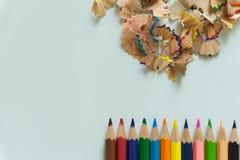 Ein Satz von Zeichenstiften und von Bleistiftspitzer auf weißem Hintergrund Lizenzfreie Stockfotografie