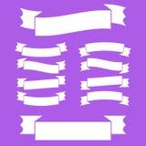 Ein Satz weiße Bandfahnen Mit Platz für Text Eine einfache flache Vektorillustration lokalisiert auf einem purpurroten Hintergrun Stock Abbildung