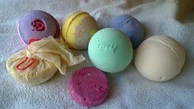 Ein Satz Werkzeuge für das Bad: Bomben für das Bad und festen den Shampoofirmastoff auf einem Tuch Lizenzfreie Stockfotografie