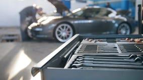 Ein Satz Werkzeuge für Reparatur im Autoservice im vorderen Luxussport stock footage