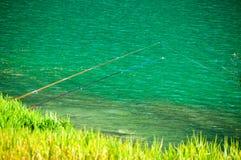 Ein sauberer See und eine Angelrute zwei stockfotografie