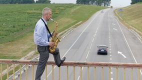 Ein Saxophonist spielt das Saxophon stock video footage