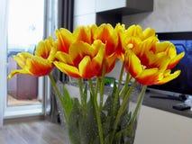 Ein schöner Blumenstrauß von großen orange Blumen lizenzfreie stockfotografie
