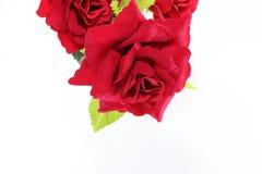 Ein schöner Blumenstrauß von den künstlichen roten Rosen auf Weiß lokalisiert mit Kopienraumhintergrund Liebes- und Romancekonzep Lizenzfreie Stockfotos