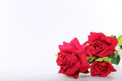 Ein schöner Blumenstrauß von künstlichen roten Rosen auf Weiß mit Kopienraumhintergrund Liebes- und Romancekonzept Stockbild