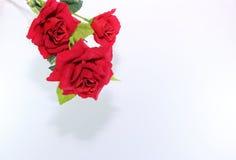 Ein schöner Blumenstrauß von künstlichen roten Rosen auf weißem Hintergrund Liebes- und Romancekonzept Lizenzfreie Stockfotografie