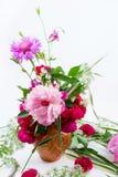 Ein schöner Blumenstrauß von rosa Pfingstrosen, von Kornblumen und von roten Rosen Lizenzfreie Stockbilder