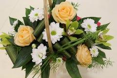 Ein schöner Blumenstrauß von Rosen, von Chrysanthemen und von Orchideen appelliert jeder Frau Sein k?niglicher Duft erobert jedes stockfoto