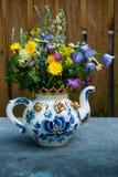 Ein schöner Blumenstrauß von Wildflowers in einer großen Teekanne benutzt als v lizenzfreie stockfotografie