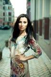 Ein schöner Brunette in einer Stadt Stockfotos
