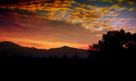 Ein schöner bunter epischer Sonnenaufgang Lizenzfreies Stockbild