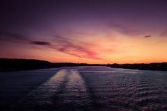Ein schöner, bunter Meerblick des Schweden-Winters, der von einer Fähre eventing ist Lizenzfreies Stockbild