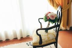 Ein schöner eleganter Blumenstrauß für die Braut liegt auf dem Stuhl lizenzfreies stockbild