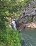 Ein schöner entspannender Wasserfall Lizenzfreie Stockbilder