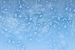Ein schöner fallender Weihnachtsschnee auf einem blauen Hintergrund Abstraktion Entwurf Hintergrund für eine Einladungskarte oder Stockfoto