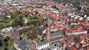 Ein sch?ner Flug auf einem quadcopter in der Mitte von Weinheim Ansicht der H?user und der Schl?sser deutschland stock footage
